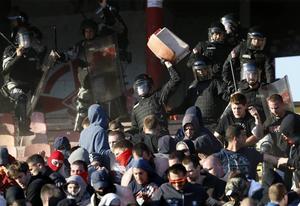 Serbisk polis drabbade samman med supportrar under Belgradderbyt mellan Röda Stjärnan och Partizan.