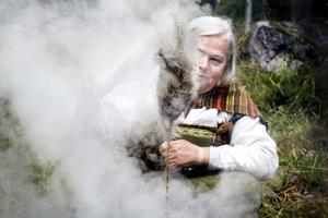Louise Ström håller grytan med växtfärg kokande.