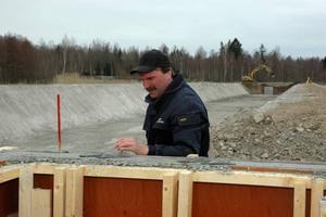 BASSÄNGER. Kjell Karlsson jobbar med vattenfördelaren till de tre bassänger som ska ta emot vattnet som ska pumpas ut ur gruvan.  I bakgrunden syns grunden till en av dessa bassänger.