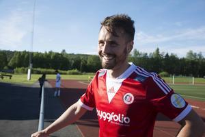 Hudiksvalls Pelle Lööf sänkte Ånge IF med sina två mål i andra halvlek. Klart han log i kvällssolen efter 3–0-segern på Ånge IP.