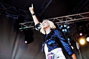Sommarkväll. Arbetarbladets recensent tycker att Sanna Nielsens låtar inspirerar till en härlig sommarkänsla hos publiken.