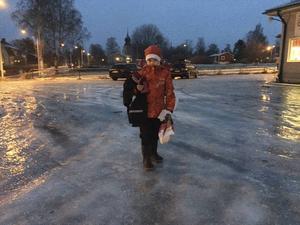 Marie Öberg och hennes familj fick gå den sista biten till skolan på fredagsmorgonen.