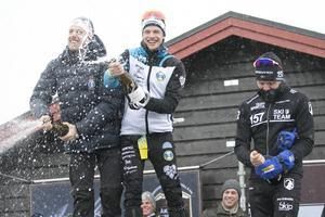 Elitloppets herrpall med tvåan Anton Karlsson, Åsarna, segraren Oskar Kardin, Östersunds SK, och trean Markus Ottosson, Skellefteå