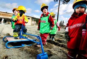 Det var barnen som tog det första spadtaget när byggstarten av Östersunds kommuns största förskola på Lövsta drogs igång i går, måndag.Foto: Henrik Flygare