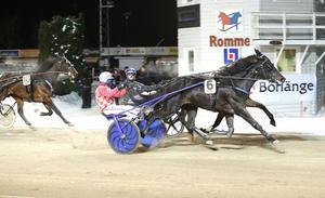 Avestahästen Kenzi med Claes Sjöström vann den tredje avdelningen på V75 till 64 gånger pengarna.