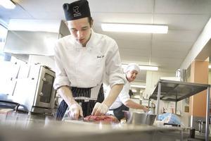 Emil Säll och Mikael Akkus förbereder sig inför finalen i Gymnasie-SM i matlagning som går av stapeln i Globen.
