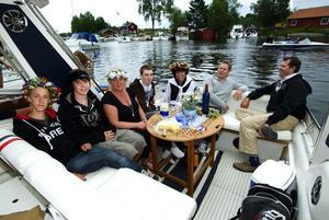 Lagt an. Christoffer Christiansen, Douglas Bröms, Monika Eriksson, Markus, Hagman, Anna-Karin Holström, Janne Holström och Rolf Eriksson la an ett par timmar innan ångbåtsparaden började.