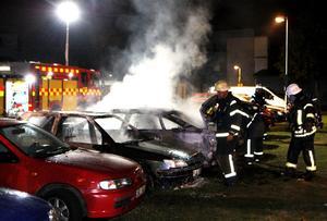Brandkåren släcker brinnande bilar på Kornstigen i Borlänge 2013.