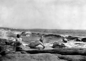 Vid förra sekelskiftet tog turismen fart på Ulvön. Här är det några Ö-viksdamer som nakenbadar, något som väckte ont blod hos i alla fall vissa kvinnliga Ulvöbor. De vände sig till ÖA med en klagoskrivelse: