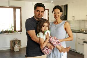 Ali Omumi och hans fru Negar Niknam, med dottern Hannah,  fick ett utvisningsbesked på grund av en försäkringsmiss av en tidigare arbetsgivare.