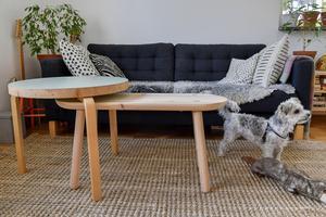 Borden framför soffan har Moa gjort. Det runda för tre år sedan och det avlånga, som också kan fungera som en pall, snickrades i våras.