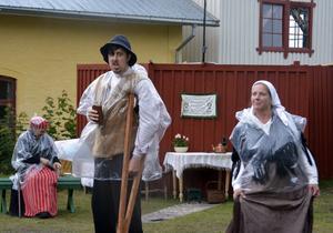 Anders Lööv som Lindgren med pluntan och Catrin Bertlin som hans fru Lena.