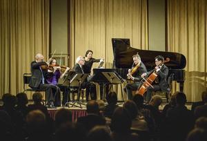 Weberkvartetten och Bengt Forsberg i färd med Leo Ornsteins rytmiska, mörka, exotiska musik - en omtumlande upplevelse för publiken i Stadshuset i Sundsvall.