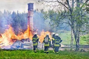 Det äldre boningshuset brann upp mycket snabbt.Det bekräftas både av grannen som larmade och räddningstjänsten.