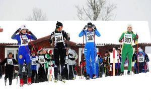Kompisar, men arga konkurrenter i skidspåren, samlar sig före startskottet i Krokomsturen. D 17–20 är en av de mer intressanta klasserna med från vänster Johanna Meyer, ÖSK, Evelina Bångman, Offerdals SK, Ida Indahl, ÖSK, samt Karin Wasell, Graningeallisansen.