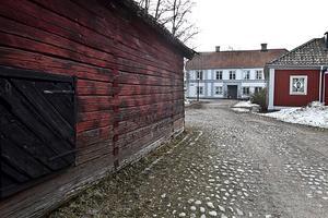 Rektorsgården bakom uthuset vill gärna imitera ett stenhus.