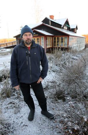 Bara en månad efter konkursen är Ralf Palmpers på gång igen. Nu vill han bygga en ekoby med totalt nio fastigheter.