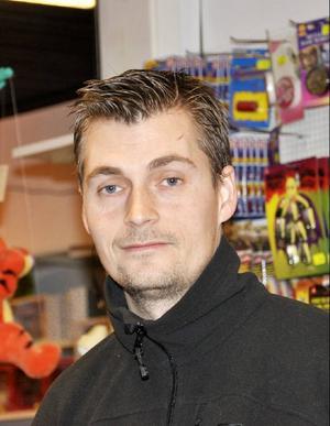 Anders Höglin, ägare till Lek & Papper, blir bekymrad när han hör att kommunen vill förbjuda parkering där utanför:
