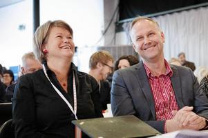 Partiledaren Jonas Sjöstedt och den ekonomisk-politiska talespersonen Ulla Andersson får inte med sig V:s egna väljare på den övergripande ekonomiska politiken de driver.