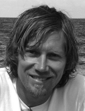 Mattias Larsson och några av hans möbler: Sittklotet In Balance, bänken Skivling Panorama och rokokoflirten Skivling Duo.