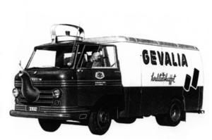 Oväntat besök. Företag med tidigt utvecklat sinne för marknadsföring körde denna bil på Gävles gator. Bild ur Handelskammarens nyutkomna jubileumsbok.  Foto: Gävle Stadsarkiv