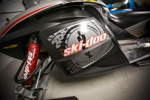 Bombardier Ski-Doo MX Z-REV 800 snöskoter är framträdande i de  isländska actionscenerna  i Die Another Day. Enligt filmens producenter, svarade detta bestånd Bombardier modell behovet av