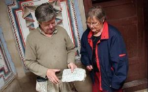 Lennart Person och Inga Gustafson, ordförande för Garpenbergs Hembygdsförening, diskuterar den lerklining och stänkmålning som ska pryda nedre delen av väggarna FOTO: MIKAEL ERIKSSON