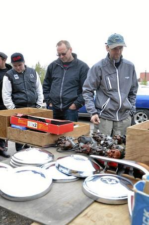 Delar. Det fanns en del motordelar också, här Krister Karlkvist och Thomas Karlkvist från Guldsmedshyttan på jakt efter VW-bagge prylar.
