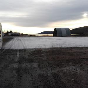 På bilden ser man tydligt att marken under iskonstruktionen kylts ner.
