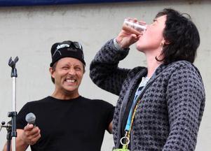 En av Storsloksbasarna Johnny Jenssen grinar illa med tanke på hur den för LT okända gäddrickerskans smaklökar torde reagera.Foto: Jan-Owe Johansson