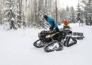 Pessi Liukkonen och Tobias Björklund kör upp både skatespår och klassiskt i skogarna runt Södra berget.