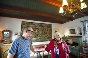 Carl Larsson skriver i sin självbiografi att huset från början var opraktiskt och otrevligt, men med hjälp av snickare Arnbom byggde han till