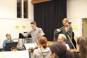 Begåvade dirigenter och solister, som violinisten Joel Nyman, förgyller konserterna hos SHOF, Södra Hälsinglands Orkesterförening.
