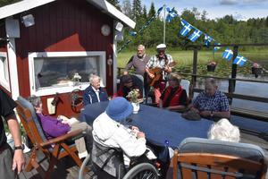 Runt bordet från höger syns Märta Svedberg, Dagny Nilsson, Gurly Hörnkvist, Karin Nylander, Gunnel Ögren, Marie Bylin och Einar Hållander.