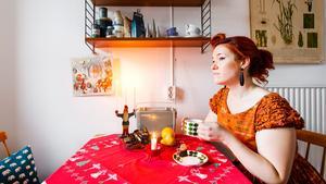 Juldukar, -planscher och -tomtar är alla från förr. Stina Johansson har ett stort intresse för inredning från efterkrigstiden och letar julpynt på varenda loppis, marknad eller auktion hon besöker.