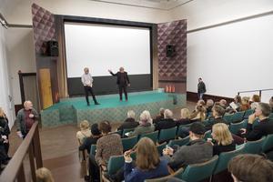 Konsthallschefen Mårten Castenfors och filmaren Staffan Julén berättar om programmet i den specialuppbyggda biografen.