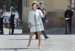 Prins Carl Philips flickvän Sofia Hellqvist var på strålande humör och vinklade glatt till publik och journalister.