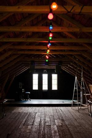 Hemma på gården har familjen Landin/Lindström en ladugård med en loge på ovanvåningen. Perfekt för konsertkvällar med både scen och bar.