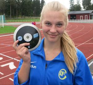 Länets stora kasttalang – 16-åriga Lovisa Sjöstrand – slog till med 44,93 i diskus, vilket är bäst i Sverige i år i flickor 17 och nytt distriktsrekord.