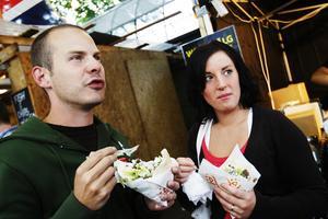 Robert Ekholm och Helena Wendin äter wokad älg. (N. Kungsgatan)Hur smakar det där?Robert: – Bra, det smakar vilt. Brukar ni testa många olika rätter?Robert: – Ja, vildsvinskebaben brukar vara bra. Får se vad som blir årets favorit.