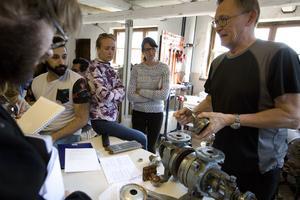 Janne Vedin förklarar hur en gammal handvevad separator fungerar.
