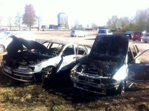 De utbrunna bilarna på ödetomten vid Styrmansgatan-Brodingatan stod kvar under måndagsmorgonen.