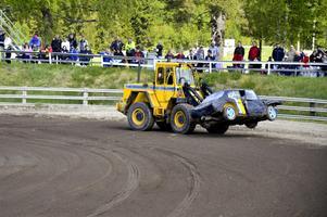 Kom inte så långt. De bilar som inte kan rulla i mål för egen maskin får hjälp av från banan.