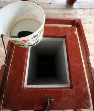 Inne i paviljongen fanns hink och kåsa för den som ville smaka på det hälsobringande vattnet.