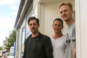 Välkomna in. Projektledare Niklas Ohlson, Kajsa Malm, projektkoordinator och webbutvecklaren och grafiska formgivare Fredrik Larsson hälsar välkomna till Kyrkogatan i Sveg där Destination Sveg har sitt nyöppnade kontor.