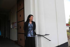 Åsa Cederborg, biträdande rektor, väntar på att välkomna barnen in i kyrkan.