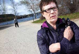 """Eva Karlström i Östersund tycker det är bra att Östersunds kommun ändrat sig i släckningsfrågan.""""Det är bra att de kan tänka om. Det måste också finnas annat att spara på än belysningen. Jag tror att släckta lampor gör att det händer mer otrevligheter, som olyckan i natt (läs natten mot tisdag), säger hon."""