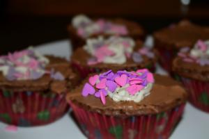 Jag och min kompis bakade cupcakes till alla hjärtans dag.