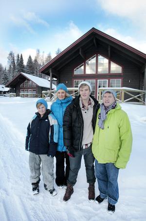 Bo och Annechristine Schöllin ser bygget av stugbyn som ett familjeprojekt. Här är de med sönerna Alexander och Hampus.