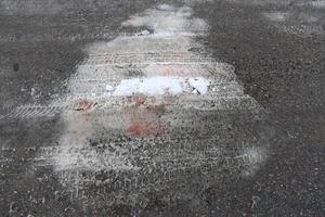 Blodspår i snön vid brottsplatsen
